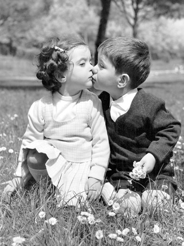 Springtime in Rome (toddlers kissing) von Anonym