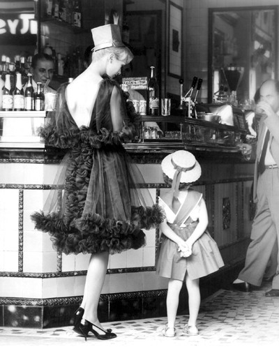 Woman and Child at Italian Cafe Bar in 1 von Anonym