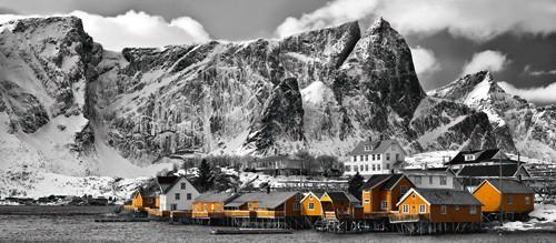 Lofoten Reine Panorama mit gelben Heuser von Rolf Fischer